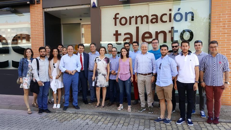 Andrea Levy con empresarios jóvenes de La Rioja tras el encuentro