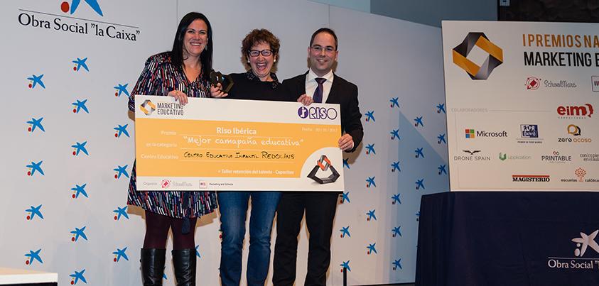 El Coordinador General de Capacitae, José María Marcolaín, entrega uno de los Premios Nacionales de Marketing Educativo