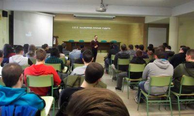 José María Marcolaín, Coordinador General de Capacitae, con alumnos del IES Cosme García de Logroño