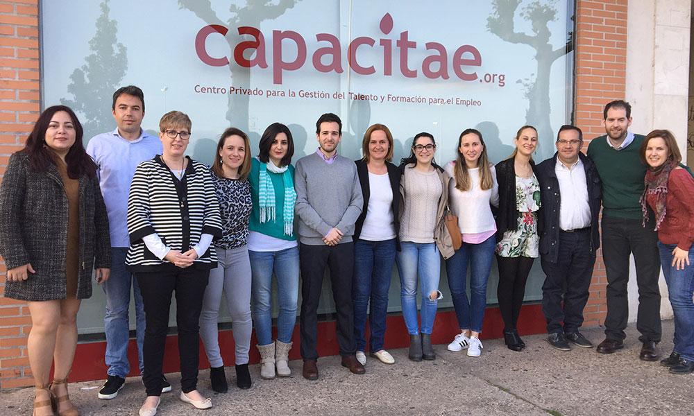 Aceleradora de Empleo de Capacitae 2017 / 2018: Parte de los participantes en el exterior del Centro de Talento y Empleo de La Rioja